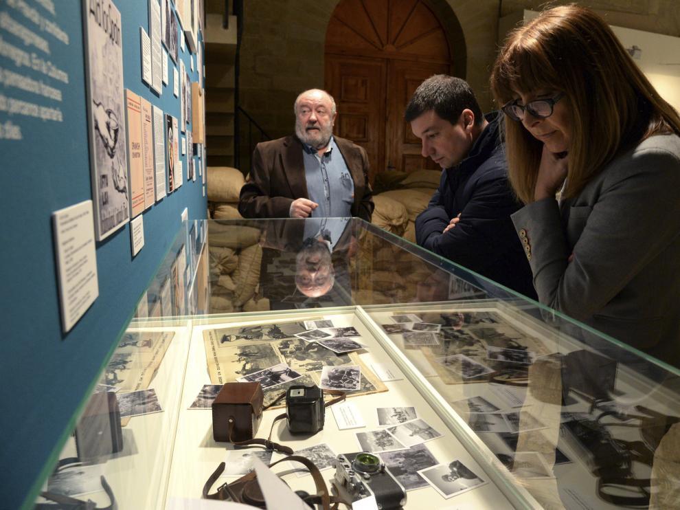 Dos personas observan unas fotografías de la exposición.
