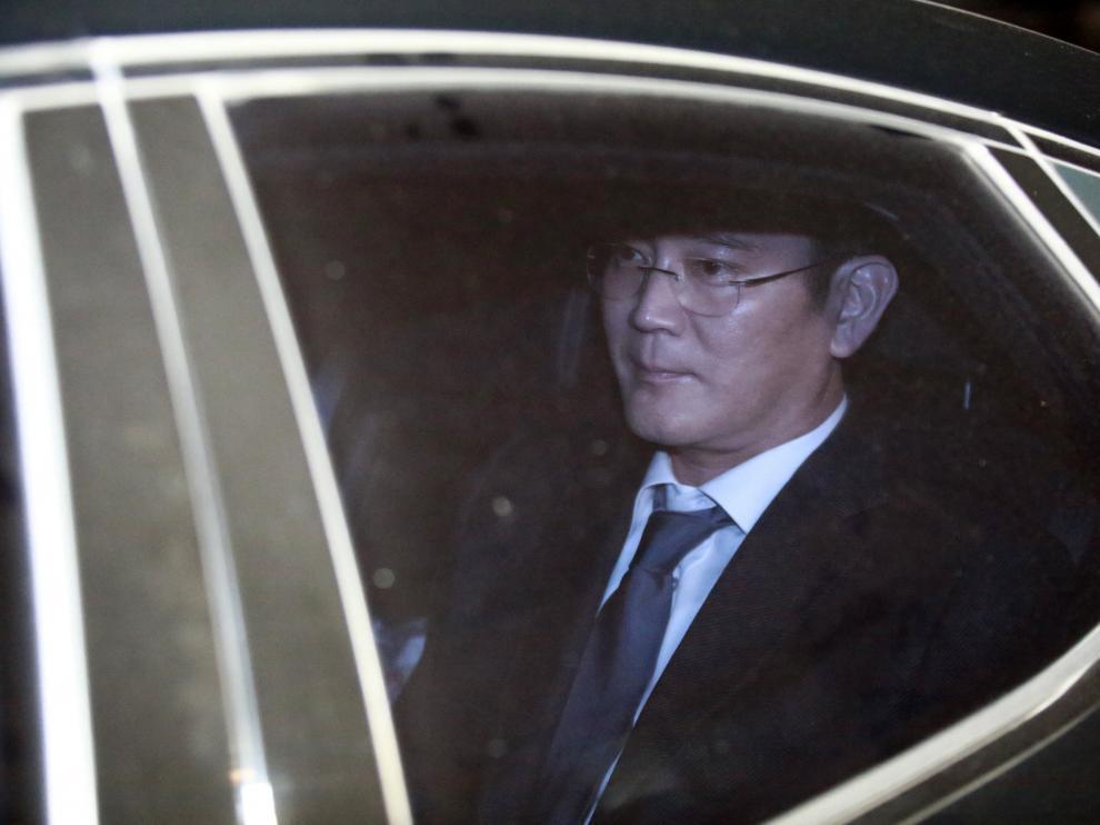 Lee Jae-yong accediendo al centro de detención, en espera de la decisión del tribunal.