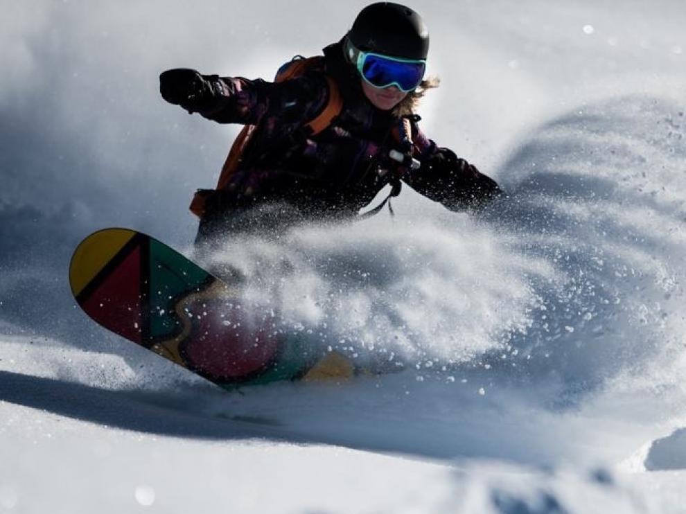 Ana Salvador, en acción con su tabla de snow en un descenso sobre la nieve.