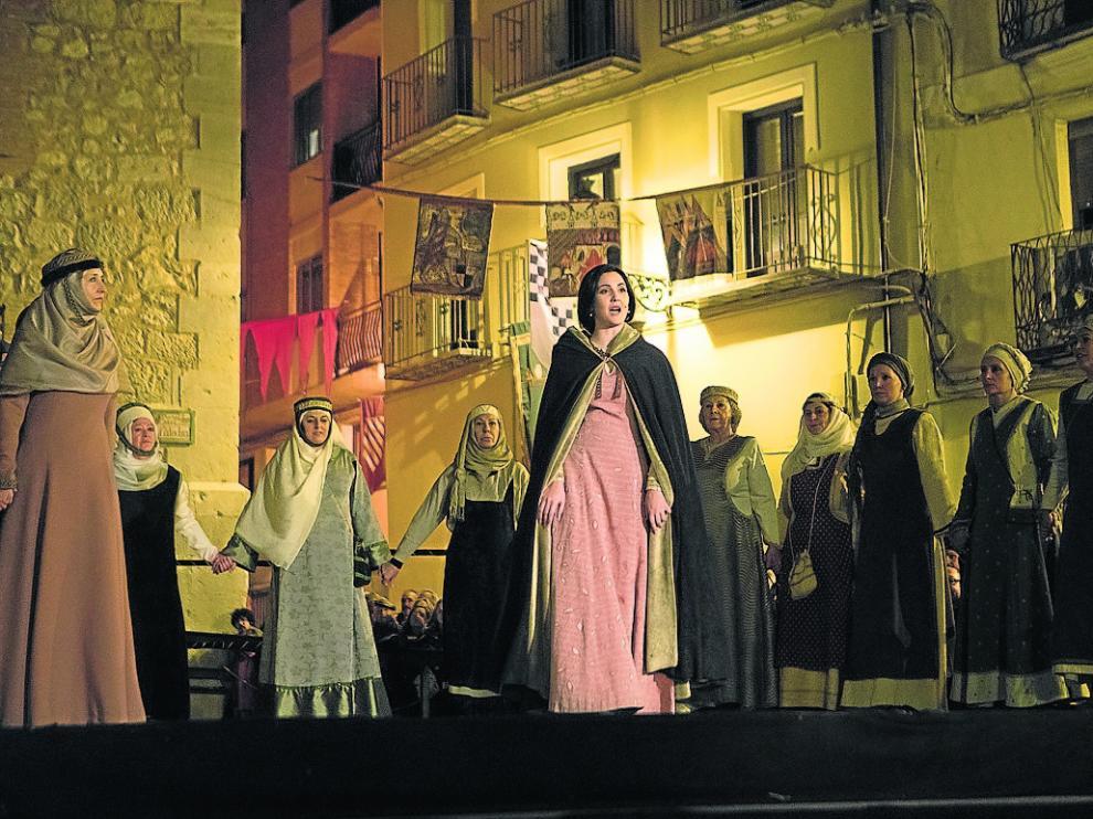 Las mujeres y el beso de Isabel y Diego, los protagonistas.