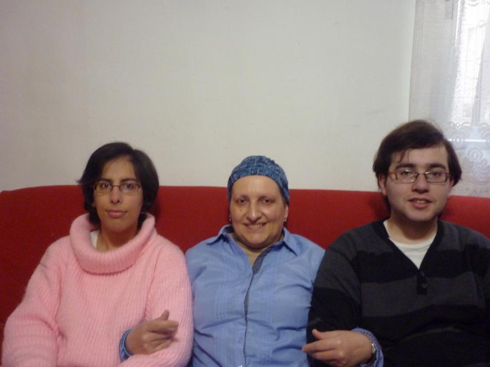Ana, en el medio, junto a sus hijos Lorena y Jorge, ambos con síndrome de Asperger.