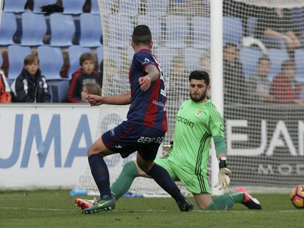 Borja Lázaro supera al portero del Oviedo para anotar un gol en esta temporada.