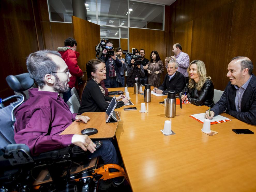 Reunión entre PSOE y Podemos en las Cortes de Aragón por el presupuesto.