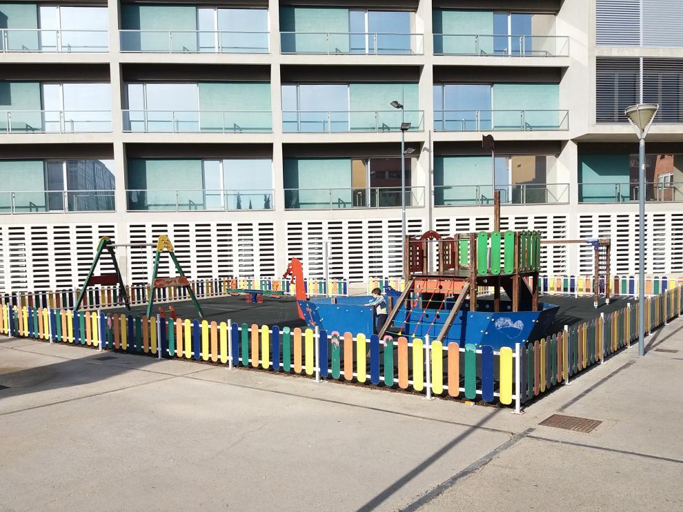 Zona infantil en la plaza de la Poesía de Parque Goya