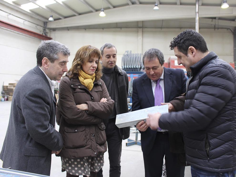 Luis Lanaspa –segundo por la derecha– visitó la empresa Dicoma en Binéfar con el alcalde y empresarios.