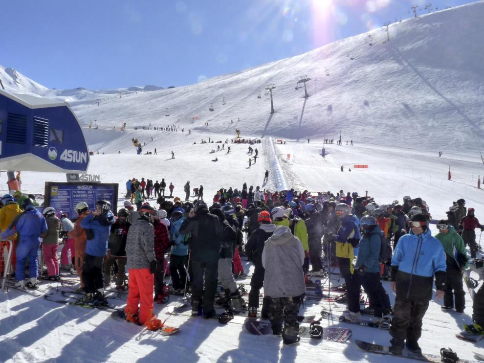 Esquiadores en Astún.