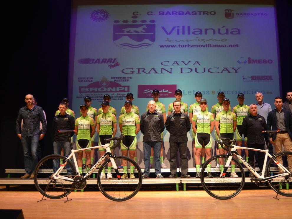 Presentación del equipo Turismo Villanúa Cava Gran Ducay con patrocinadores en Barbastro.