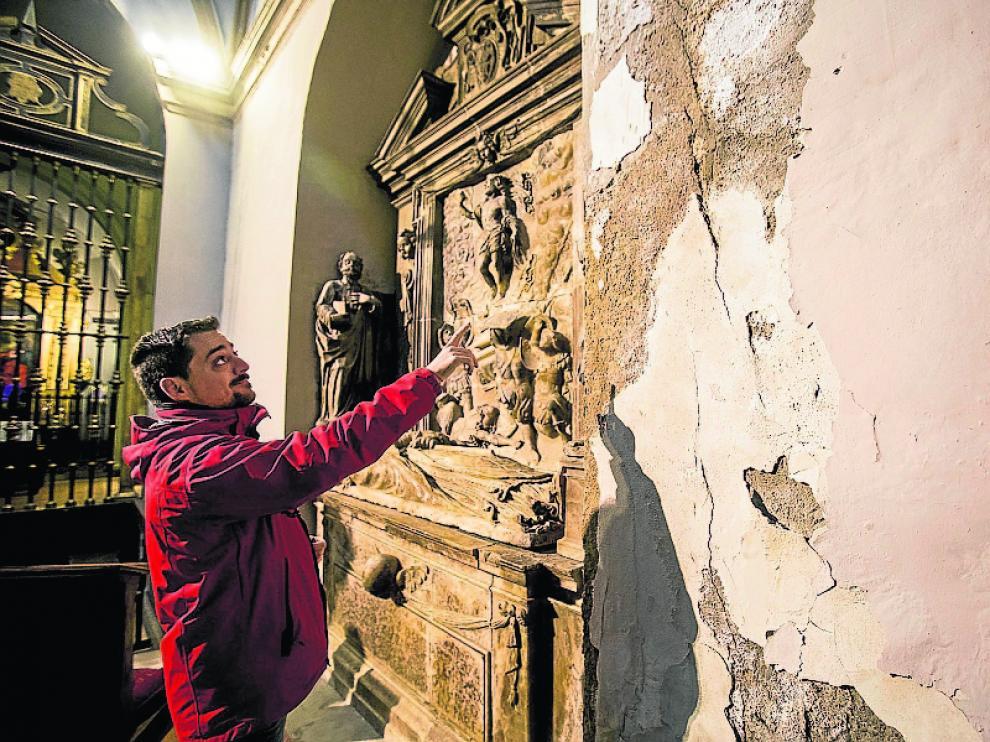 Sergio García, guía del templo, señala el estado de una capilla.
