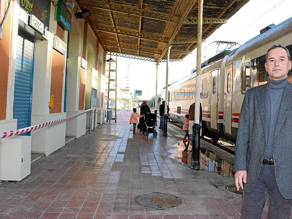 El alcalde de Binéfar, Alfonso Adán, en el andén de la estación que se quiere recrecer.