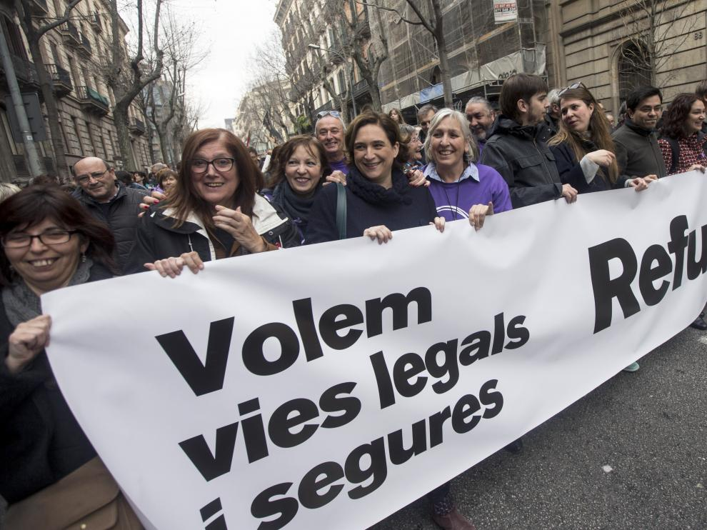 """La alcaldesa de Barcelona Ada Colau (3i) durante la manifestación celebrada hoy en Barcelona bajo el lema """"Basta excusas. Acojamos ya"""", convocada por las entidades que impulsan la campaña """"Casa Nostra, Casa Vostra"""" y que reclama la acogida de refugiados."""