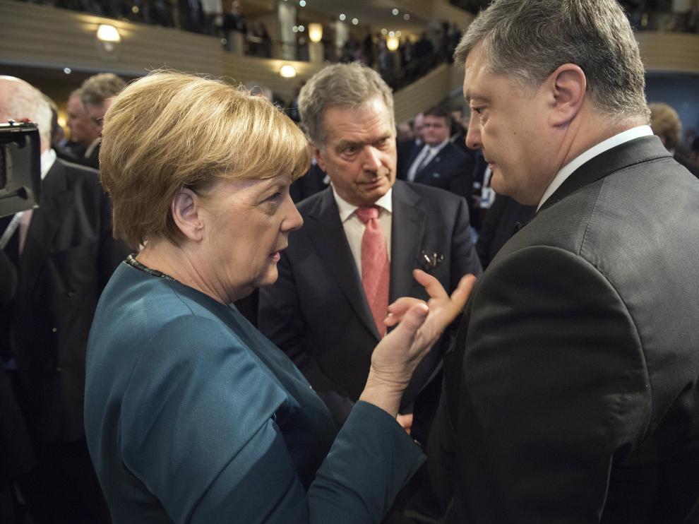 Merkel departe en Múnich con el presidente ucraniano, Poroshenko.