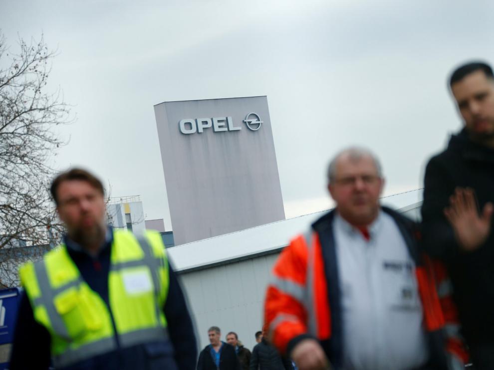 Empleados de Opel, este pasado viernes, a la salida de la sede de Opel en Russelsheim.