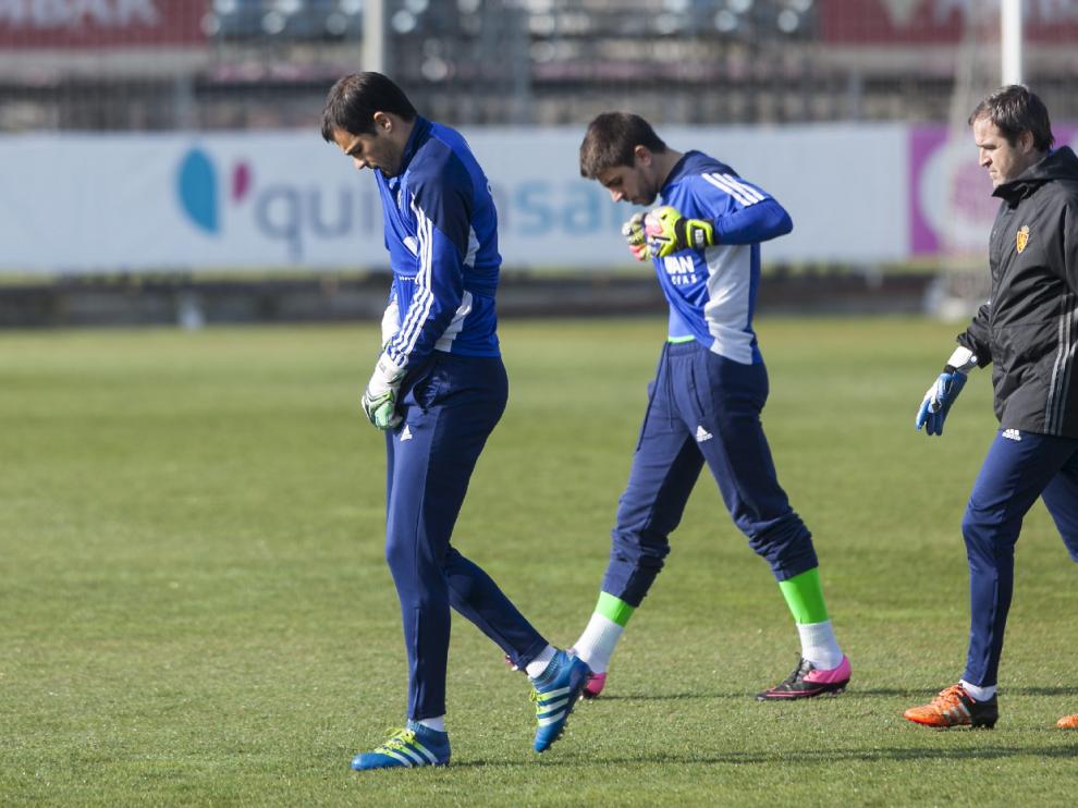 Saja, seguido de Irureta y de Mikel Insausti, el preparador de porteros del Real Zaragoza, en el entrenamiento de este sábado.