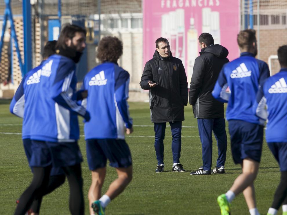Agné, de espaldas, habla con su ayudante, Rodri, mientras el equipo se ejercitaba este sábado en la Ciudad Deportiva.