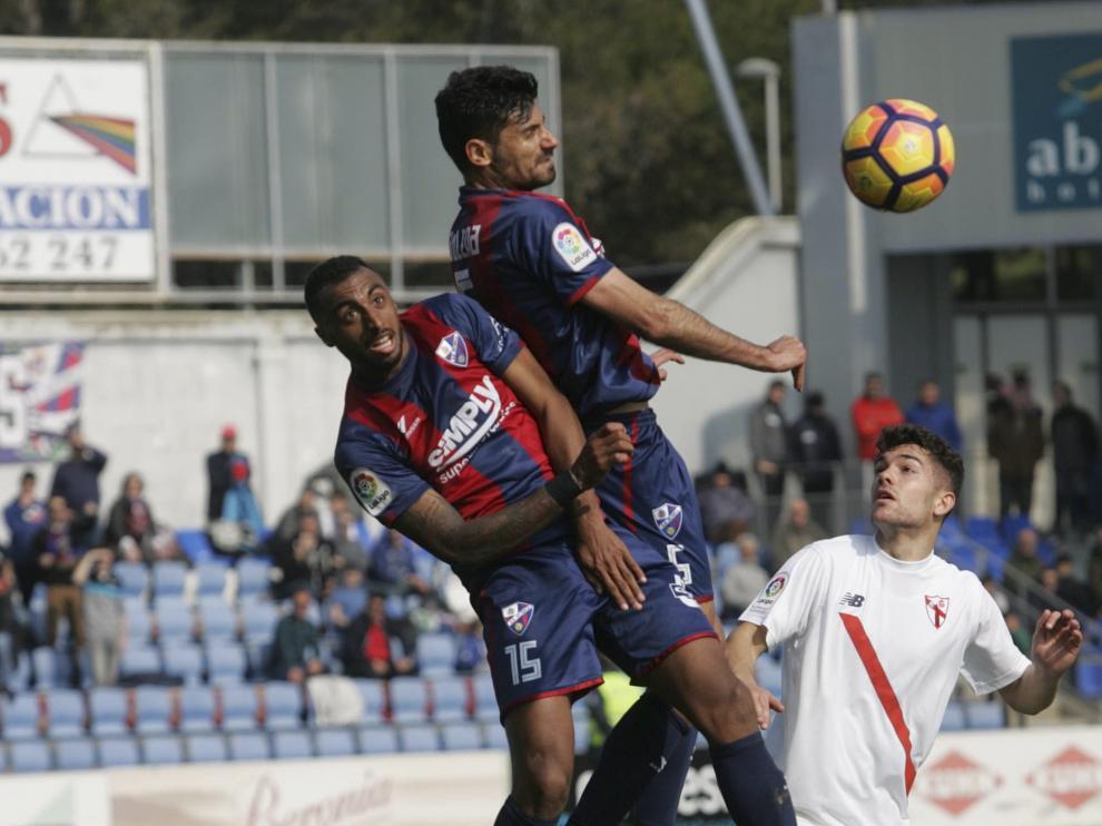 Un lance del choque entre el Huesca y el Sevilla Atlético