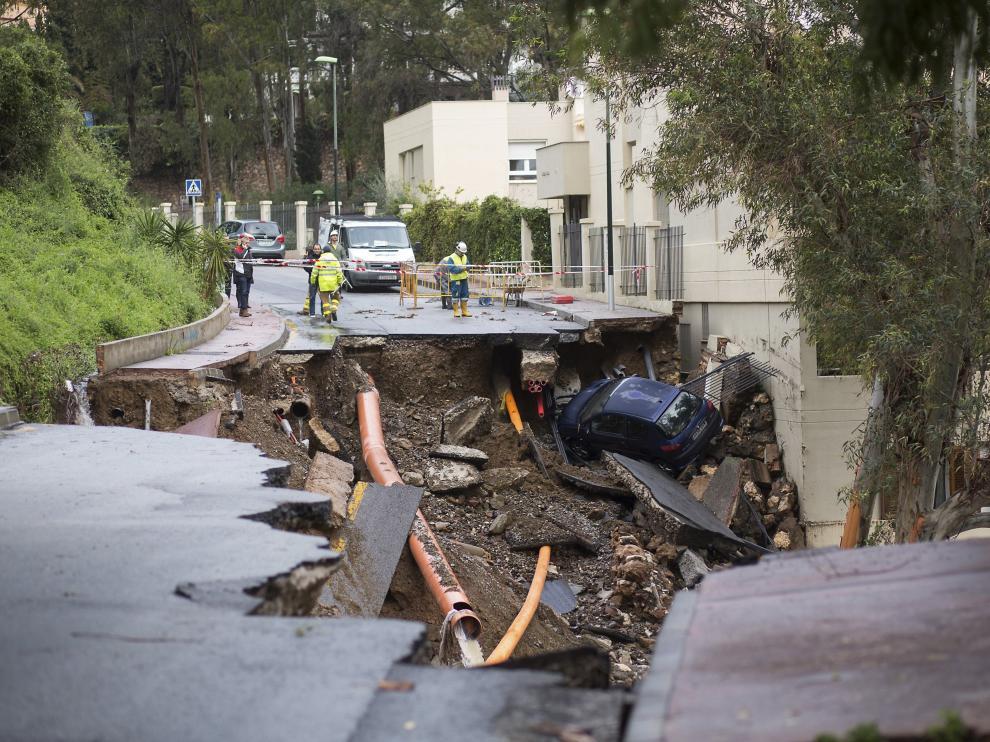 Las intensas lluvias que se han registrado la pasada madrugada y a primera hora de la mañana en Málaga han ocasionado más de doscientas incidencias, sobre todo en la capital.En la foto, socavón proocado por el agua socavón en la vía de la calle Flamencos
