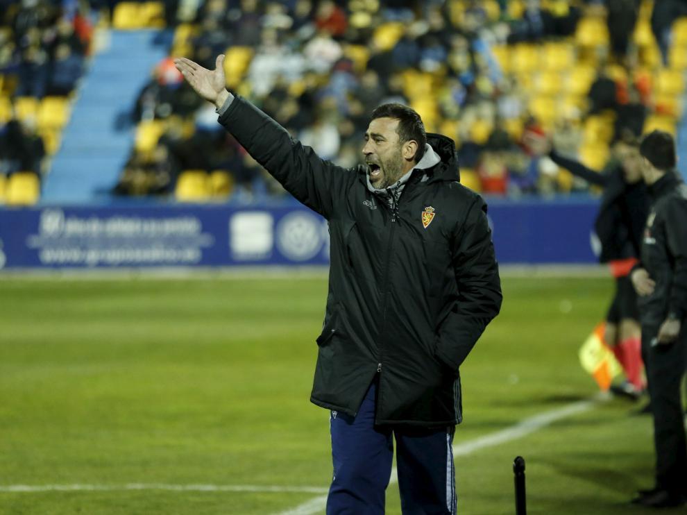 Raúl Agné da instrucciones en el partido en Alcorcón.
