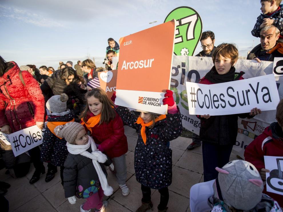Imagen de la protesta, el pasado día 6, ante la parcela donde se construirá el colegio de Arcosur.