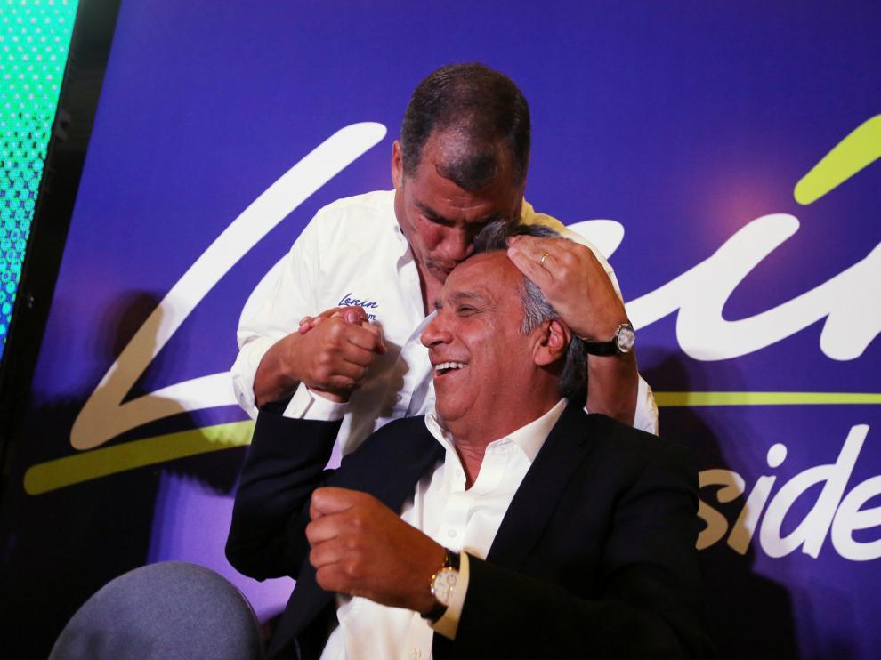 Rafael Correa besa a Lenin Moreno durante la celebración del resultado