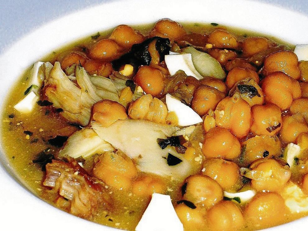 Delicioso guiso de garbanzos con bacalao, cuya preparación se especifica en el artículo.