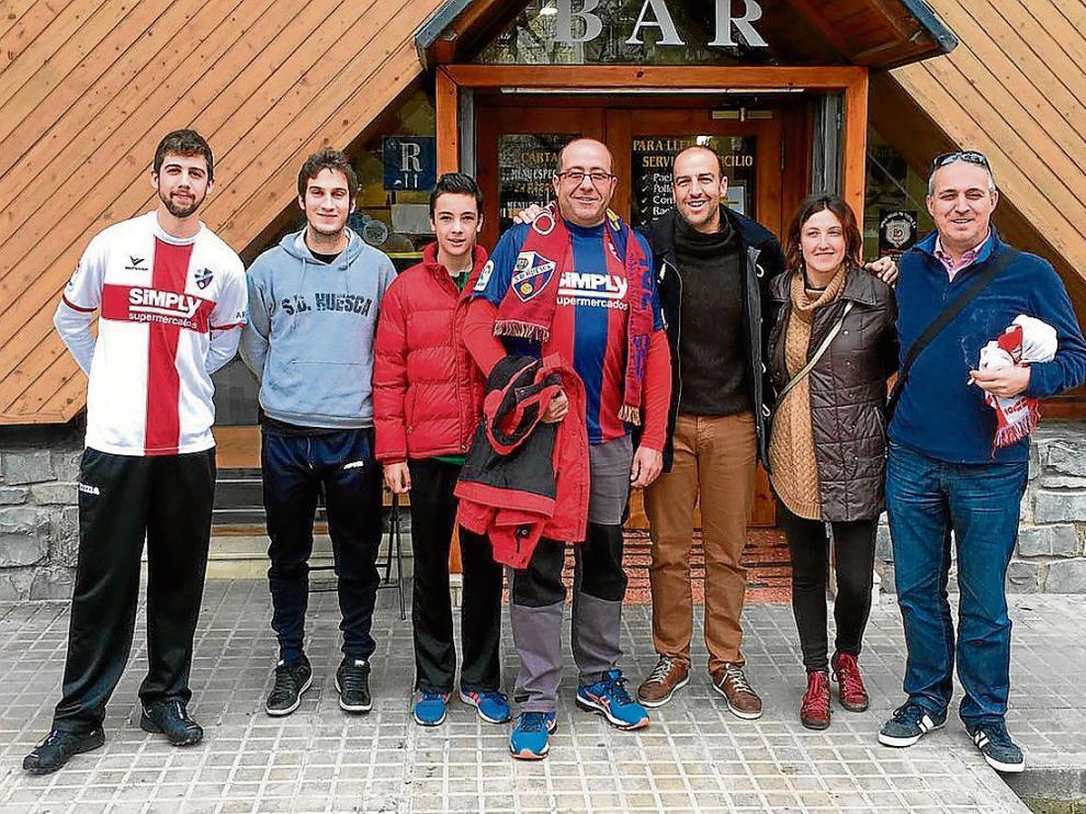 Miembros de la nueva peña de Ayerbe y alrededores antes de acudir el pasado domingo a El Alcoraz.