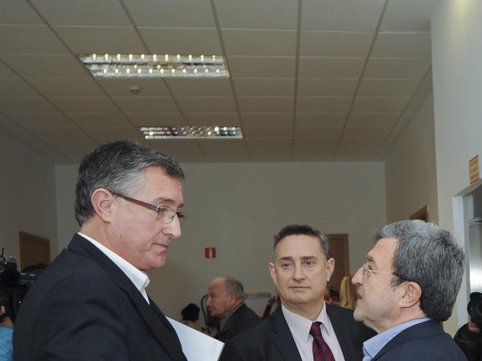 Manuel Blasco –a la izquierda– y Miguel Ferrer –a la derecha–, junto a un abogado, ayer en el juzgado.
