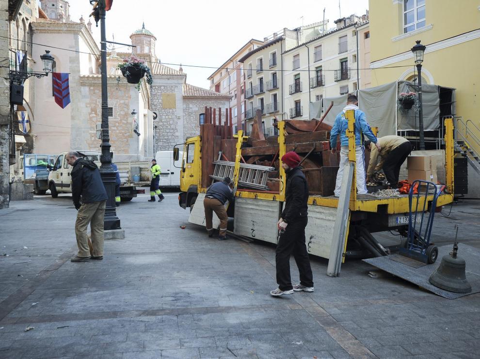 Un grupo de operarios desmonta y retira una taberna medieval de la plaza de la Catedral.