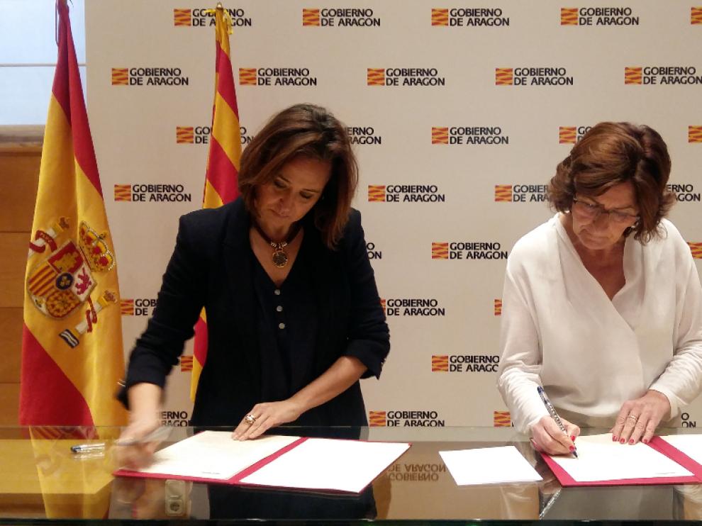 Las consejeras Mayte Pérez y María Vitoria Broto, en la firma del convenio.