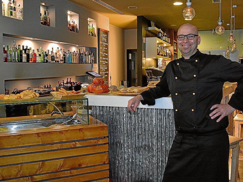 Hasns Bolte, junto a la barra del restaurante zaragozano Tebarray.