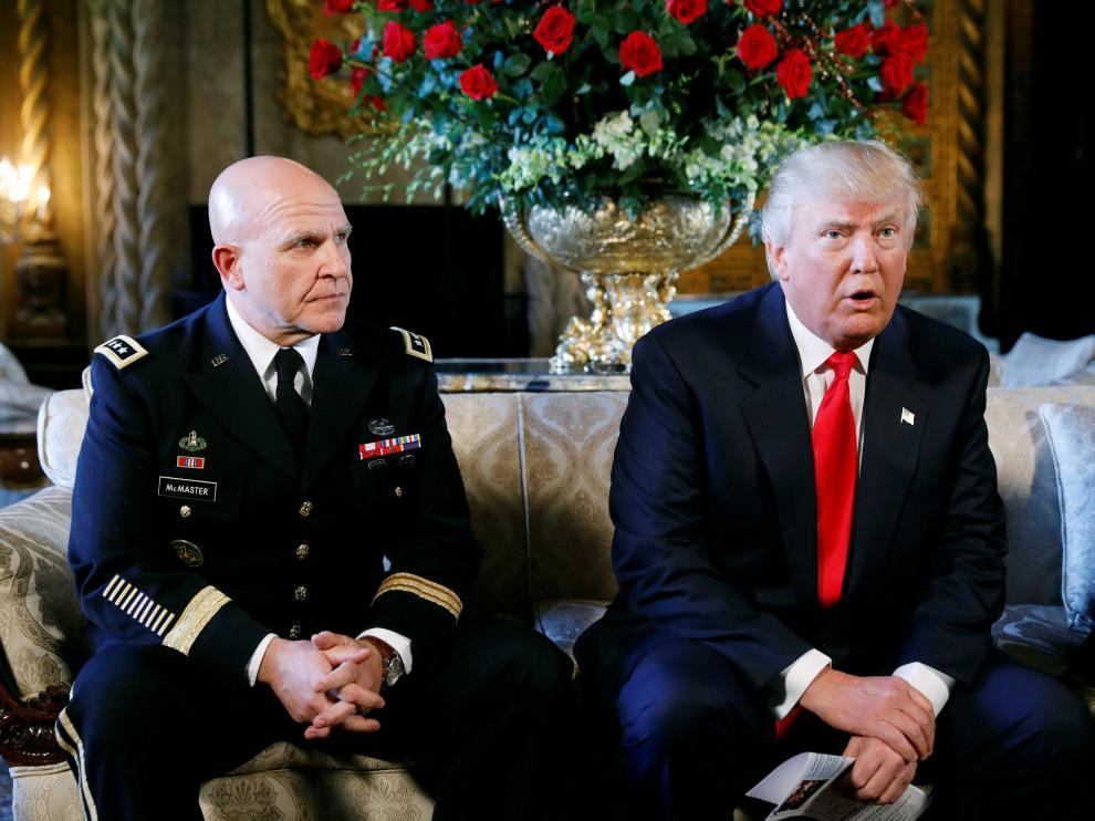 Trum, junto a su nuevo asesor de Seguridad Nacional, H. R. McMaster.