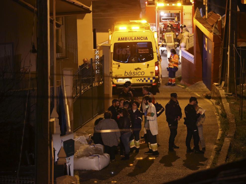 Policía, servicios de emergencia y vecinos, en el exterior de la vivienda.