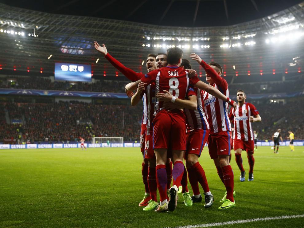 Los jugadores del Atlético celebran uno de los goles del partido.