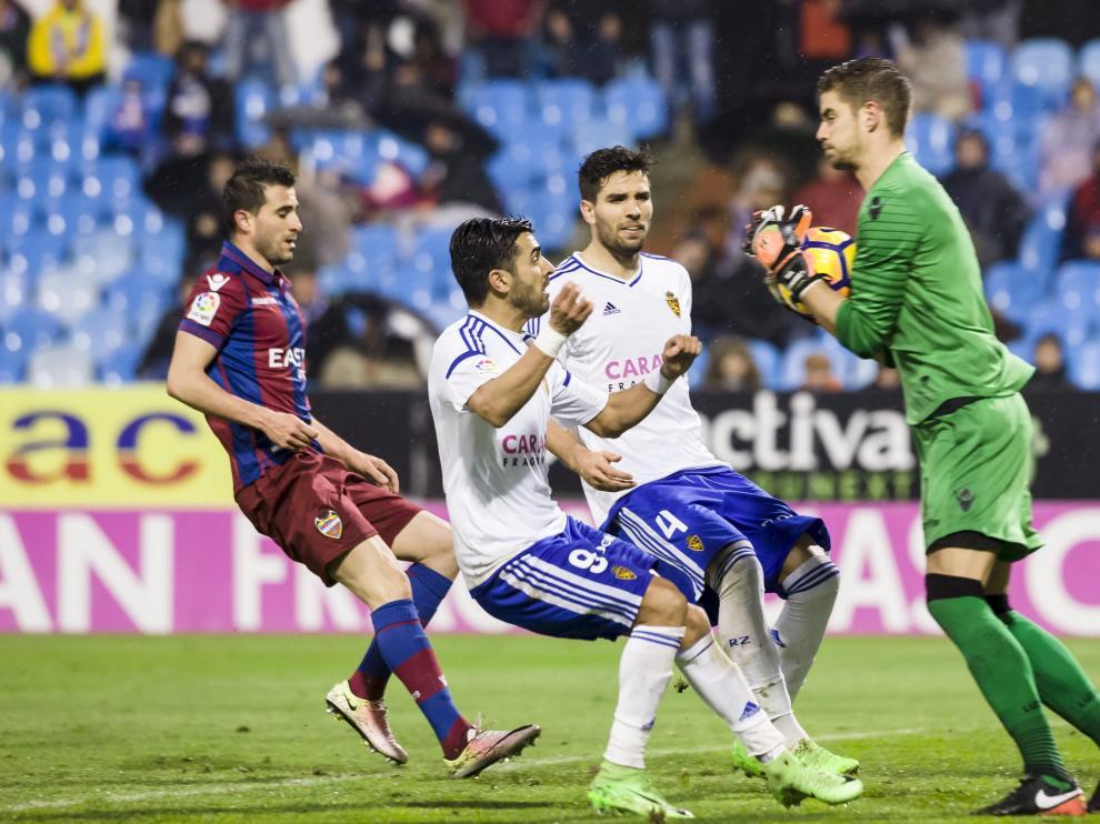 Ángel acosa a Raúl ante el Levante.