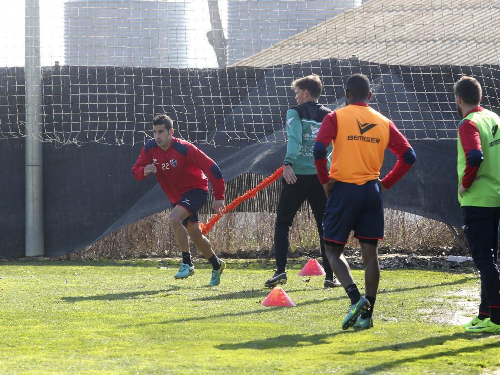 El centrocampista Lluís Sastre durante uno de los ejercicios completados en el entrenamiento matinal de ayer.