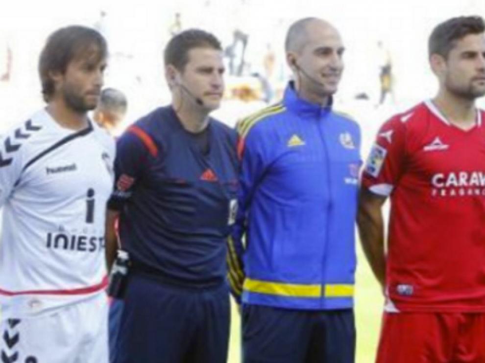 Figueroa Vázquez, con los capitanes del Albacete y el Real Zaragoza (Dorca) antes del inicio del partido del año pasado en el Carlos Belmonte.
