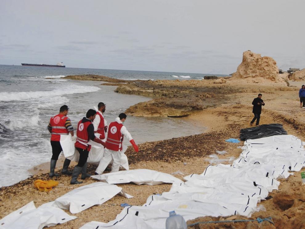 Cooperantes libios recataron los cadáveres un una playa.