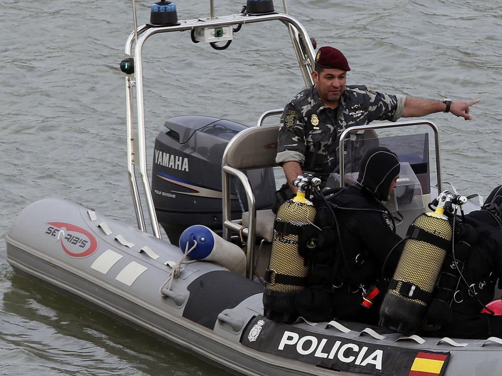 Miembros del equipo de los buzos pertenecientes a los GEO de la Policía Nacional.