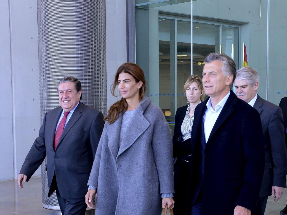 El presidente de Argentina, Mauricio Macri, junto con su mujer, Juliana Awada, a su llegada al aeropuerto Adolfo Suárez Madrid-Barajas.