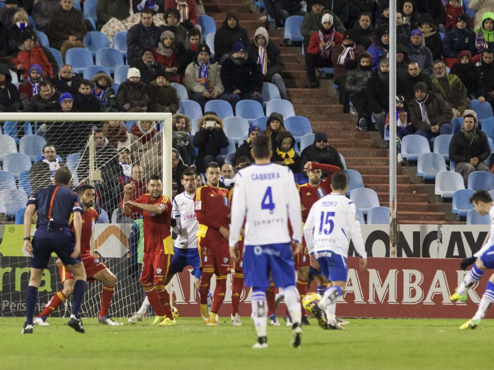 Imagen del Real Zaragoza-Recreativo de Huelva de enero de 2015, cuando el equipo aragonés que entrenaba Popovic ganó 2-0 y enlazó su segundo triunfo seguido en casa en una semana. Jaime dispara una falta directa desde fuera del área para marcar el 1-0 ese día.
