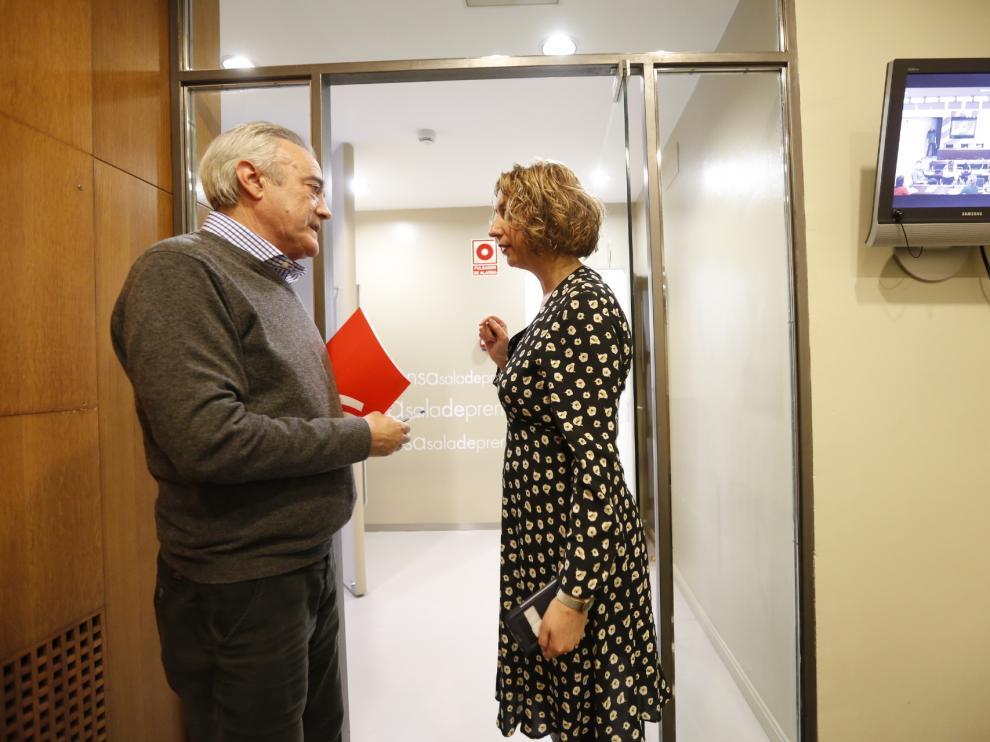 Javier Sada y Patricia Luquin conversan este miércoles en los pasillos de las Cortes de Aragón.