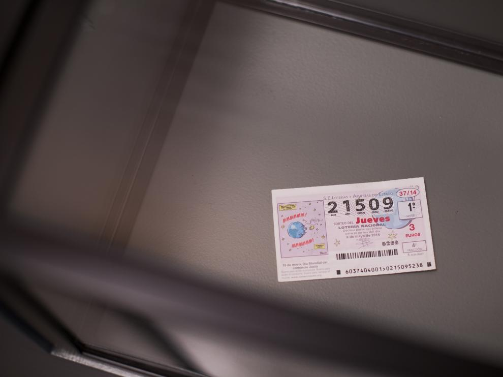 El décimo de Lotería Nacional expuesto y que acompaña a la historia del zaragozano