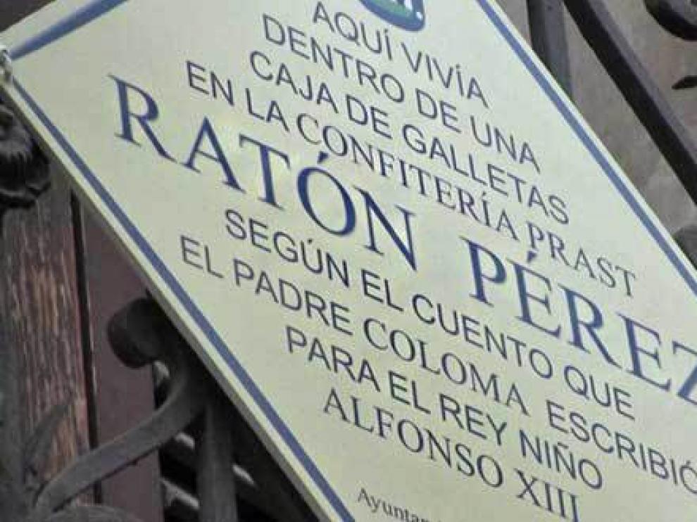 La placa que recuerda en Madrid el lugar donde 'vivía' el ratoncito Pérez.