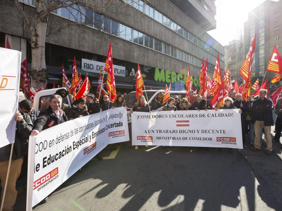 Concentración de CC.OO. y UGT frente a la sede de la patronal de la CEPYME en contra de la pobreza salarial, en Zaragoza.