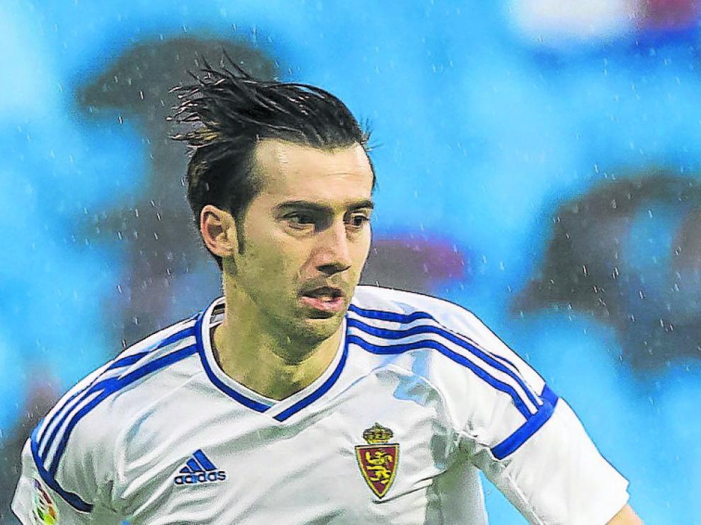 Manu Lanzarote conduce el balón en La Romareda.