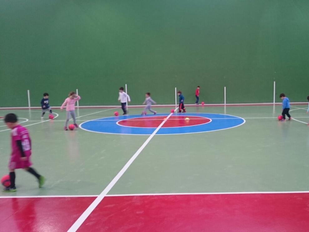 Un grupo de niños juega, ayer, en las nuevas canchas del polideportivo municipal.