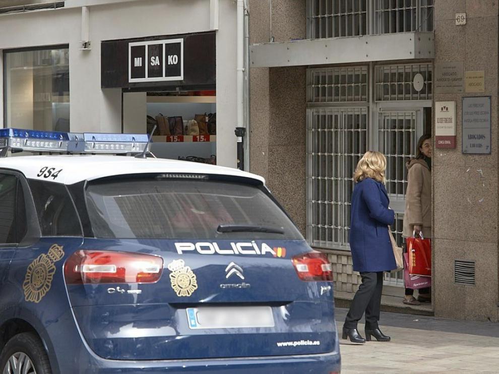 Portal de la casa donde fue hallada este martes la mujer asesinada en Gandía.