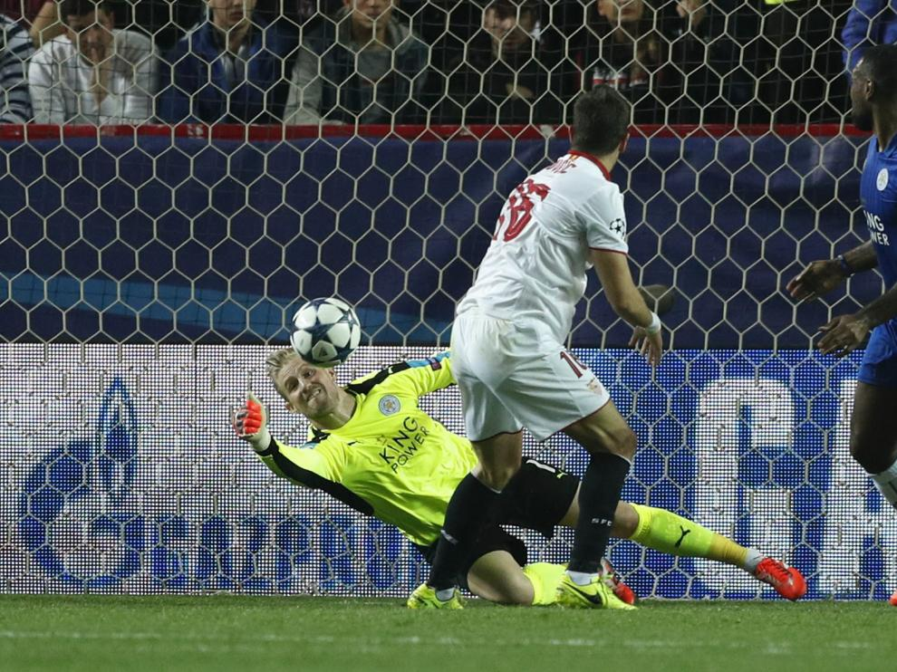 El portero del Leicester realiza una intervención al disparo de Jovetic.