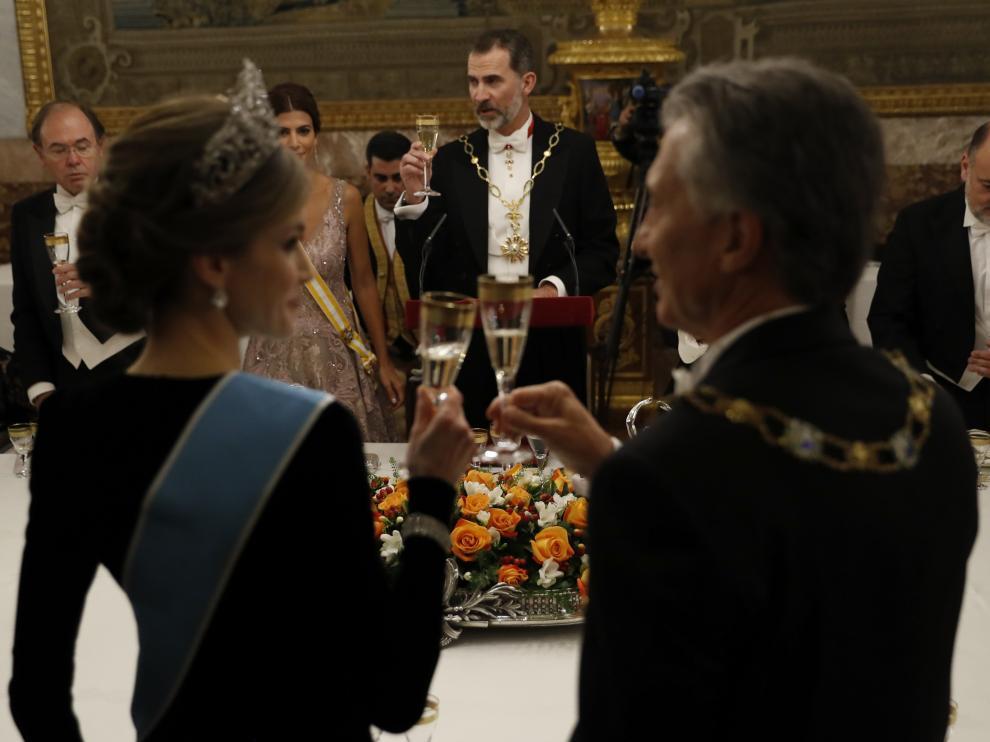 La Reina y Macri brindan, frente al Rey y la esposa de Macri, Juliana Awada.