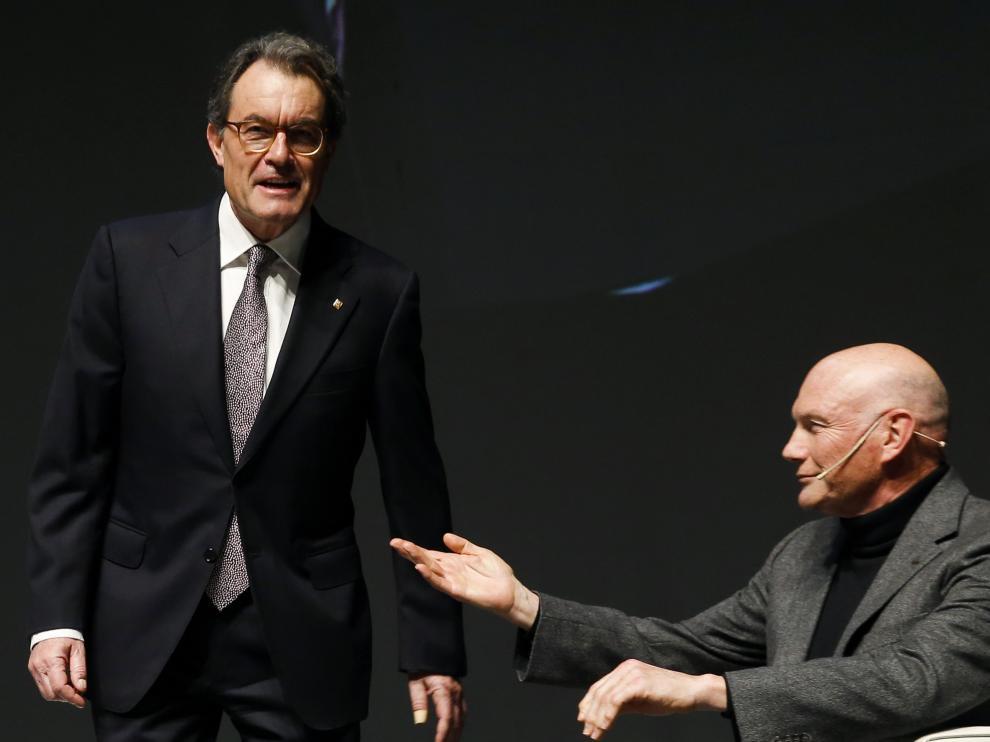 El expresidente de la Gneralitat, Artur Mas, y el exlehendakari, Juan José Ibarretxe, en una conferencia sobre el proceso soberanista catalán este miércoles, en San Sebastián.