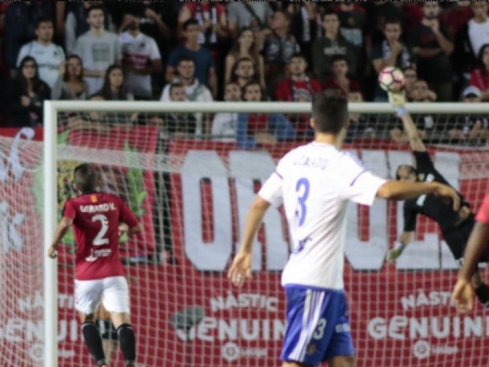 Momento en el que Saja, en una espectacular palomita hacia atrás, salvó un gol en el Nou Estadi de Tarragona a disparo de Lanzarote en el Nástic-Real Zaragoza de la primera vuelta.